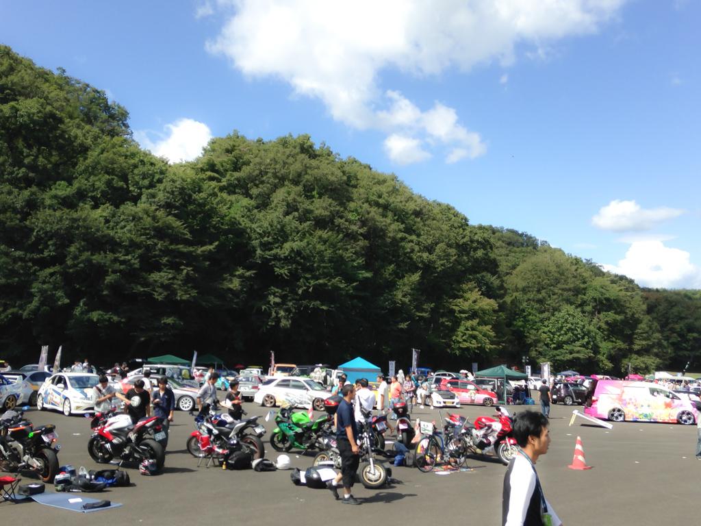 痛フェス会場は沢山の人と痛車、そして抜けるような青い空!